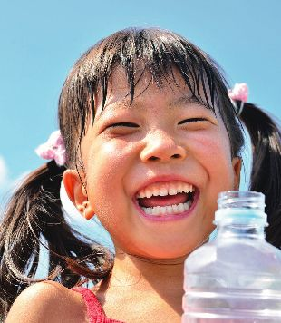 Image of young child with a water bottle from Partnership for a Healthier America's 2016 Annual Progress Report.